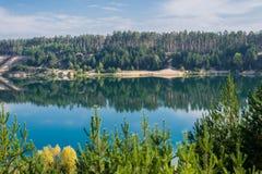 Härligt landskap av floden med reflexion Royaltyfri Bild