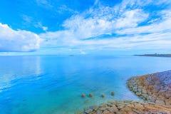 Härligt landskap av glänsande blå himmel och havet i Okinawa Arkivfoton