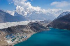 Härligt landskap av Gokyo sjön och byn, Everest region, N royaltyfri fotografi