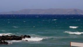 Härligt landskap av havet och bergen med vita moln i sommaren stock video