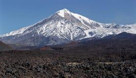 Härligt landskap av Kamchatka: aktiv Tolbachik vulkan Arkivfoton