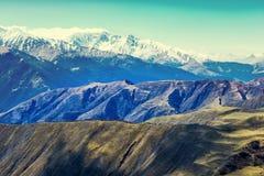 Härligt landskap av Kaukasus berg med blå himmel, Ryssland, Fotografering för Bildbyråer