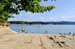 Härligt landskap av sjön och entrace som ska sättas på land fotografering för bildbyråer