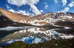 Härligt landskap av snöig berg arkivbilder