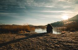 Härligt landskap av soluppgång över den djupfrysta sjön arkivbild