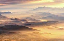 Härligt landskap berg- och dimmadal, berglager in arkivbild