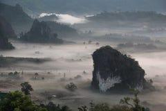 Härligt landskap bland berget och dimma Arkivfoto