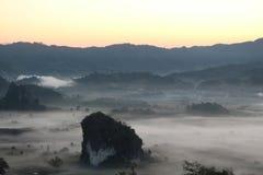 Härligt landskap bland berget och dimma Fotografering för Bildbyråer