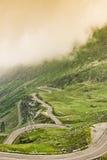 Härligt landskap dimmaplats Transfagarasan Arkivfoto