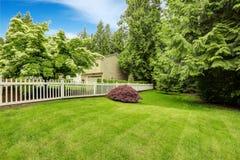Härligt landskap för främre gård med det vita staketet Royaltyfri Bild