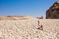 Härligt landskap för havskust med flickan Arkivfoto