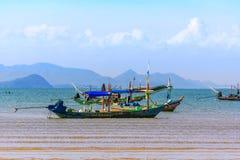 Härligt landskap, hav, himmel, moln och fiskebåtar Royaltyfri Bild