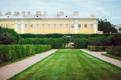 Härligt landskap i övreträdgården av Peterhof, St Petersburg royaltyfria bilder