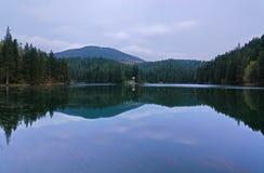 Härligt landskap i bergsjön Sinevir. Arkivbilder