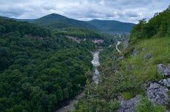 Härligt landskap i en bergdal Grön lövverknolla för sommar Royaltyfri Bild