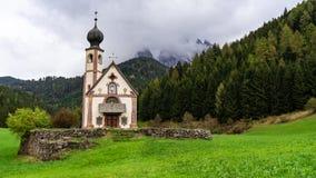 Härligt landskap i fjällängarna Bästa alpint ställe, St Johann Church, Santa Maddalena, Val Di Funes, Dolomites, Italien arkivfoton