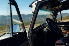Härligt landskap Markotsky Ridge i det norr Kaukasuset Sikt från fönstret av bilen Gelendzhik Ryssland Royaltyfria Bilder