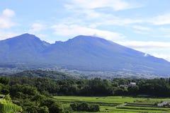 Härligt landskap med berg i bakgrunden Arkivfoton