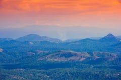 Härligt landskap med berg i engryning ogenomskinlighet Indien kerala Royaltyfri Foto
