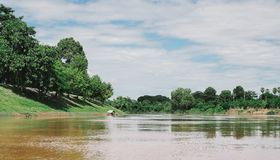 Härligt landskap med berg och en flod Royaltyfria Foton