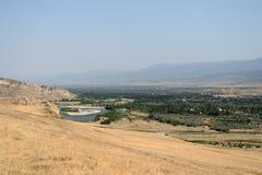 Härligt landskap med berg och floden, Georgia Arkivfoto