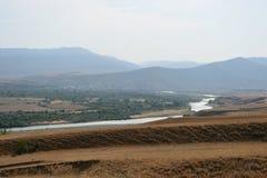 Härligt landskap med berg och floden, Georgia Arkivbilder