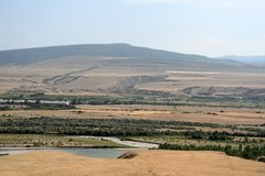 Härligt landskap med berg och floden, Georgia Royaltyfria Foton