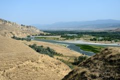 Härligt landskap med berg och floden, Georgia Arkivbild