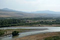 Härligt landskap med berg och floden, Georgia Royaltyfria Bilder