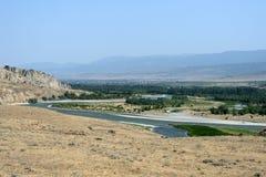 Härligt landskap med berg och floden, Georgia Royaltyfri Bild