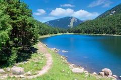 Härligt landskap med bergsjön i sommar Arkivbild
