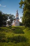 Härligt landskap med den Khazanskaya kyrkan royaltyfria foton