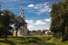 Härligt landskap med den Khazanskaya kyrkan arkivfoton