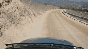 Härligt landskap med den långa vägen och berg från ridningbilen stock video
