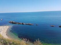 Härligt landskap med det blåa havet royaltyfria bilder