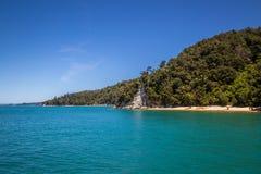 Härligt landskap med det blåa turkoshavet och klar himmel Arkivbild