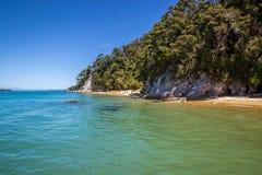 Härligt landskap med det blåa turkoshavet och klar himmel i A Royaltyfria Foton