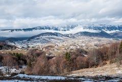Härligt landskap med dramatisk blå himmel övre sikt för carpathian berg Royaltyfria Foton