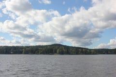 Härligt landskap med en sjö Arkivbild