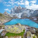 Härligt landskap med en sjö i mitt av bergnollan arkivfoto