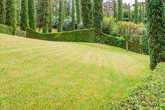 Härligt landskap med exakt klippt gräs och dekorativa buskar Costa Brava, Spanien royaltyfri foto