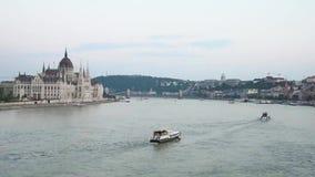 Härligt landskap med fartyg som svävar på Donauen i Budapest, Ungern stock video