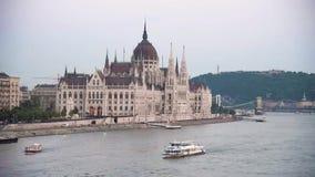 Härligt landskap med fartyg som svävar på Donauen i Budapest, Ungern arkivfilmer