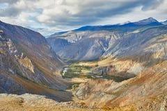 Härligt landskap med floden och berget arkivfoton