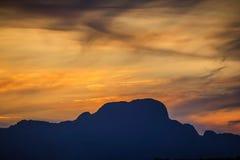 Härligt landskap med höga berg med upplysta maxima, stenar i bergsjön, royaltyfri fotografi