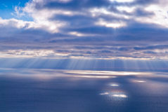 Härligt landskap med moln och solstrålar Arkivbild