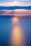 Härligt landskap med moln och solstrålar royaltyfri fotografi