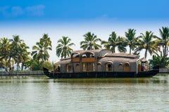 Härligt landskap med reflexionshouseboaten i kerala avkrokar arkivbild