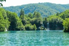 Härligt landskap med sikter av de skogbergen och vattenfallen arkivbild