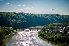 Härligt landskap med sikter av floden Arkivfoton